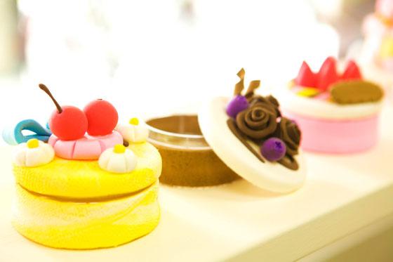 看似小巧可爱的蛋糕,让孩子收藏喜爱的小东西,巧克力,草莓,樱桃,多