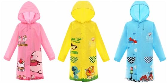 让上课的孩子书包不淋湿,穿上雨衣也能活动自如.图片