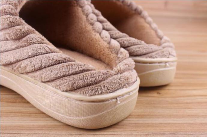 寒流來襲!冬天手冷腳也冷,走到哪都想把自己包得緊緊的,腳趾都發紫的縮成一團,厚襪套了好幾雙,還是好冷!快穿上厚實的針織保暖拖鞋,您就能一直享受幸福的溫暖!  冷颼颼的冬天,手冷腳也冷,走到哪都想把自己包得緊緊的,腳趾都發紫的縮成一團,厚襪套了好幾雙,還是冷!快穿上針織圖騰絨毛包覆珊瑚絨高彈海棉拖鞋,厚實的針織珊瑚絨,不論到哪都可享受到溫暖!  優質的短毛內裡,保暖不起毛球,柔軟舒適更貼合腳!高彈性海綿能夠緊緊包覆雙腳,長久不坦塌!防水止滑設計,即使穿進廚房、廁所都不怕跌倒!    粉紅 就算是寒冷的暗色調