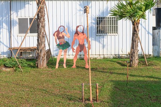以热带丛林里可爱逗趣的泰山家族来设计人形互动立牌,并设有两座图片