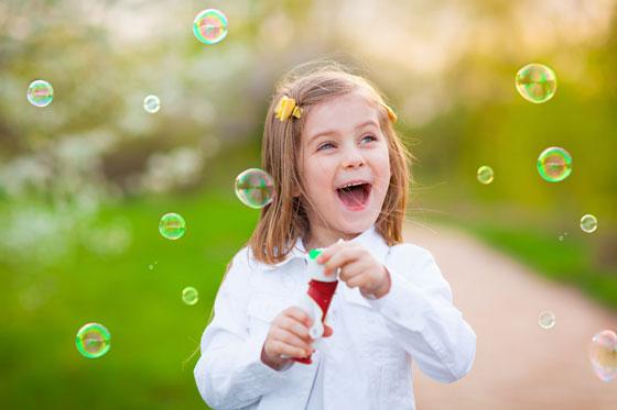 小孩大笑可爱幸福