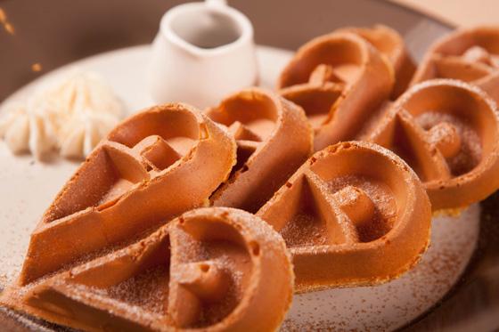 创意爱心造型松饼,搭配冰淇淋,奶油,水果精致摆盘简直舍不得吃!