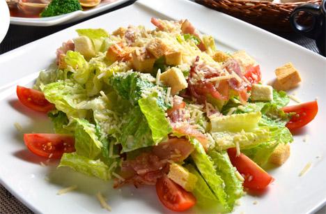 蕃茄等鲜蔬制成凯萨沙拉,担心没胃口,就来享用沙拉开胃、清空