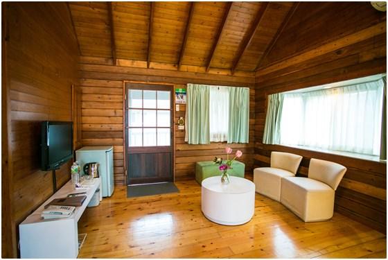 阁楼式的装潢,让木屋别墅更有空间感,挑高的客厅以深咖啡色系的茶几