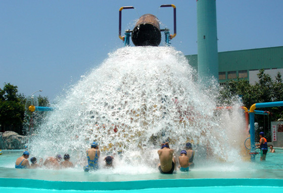 2吨大水桶装置,每三分钟蓄满水就会自动倾泻而下