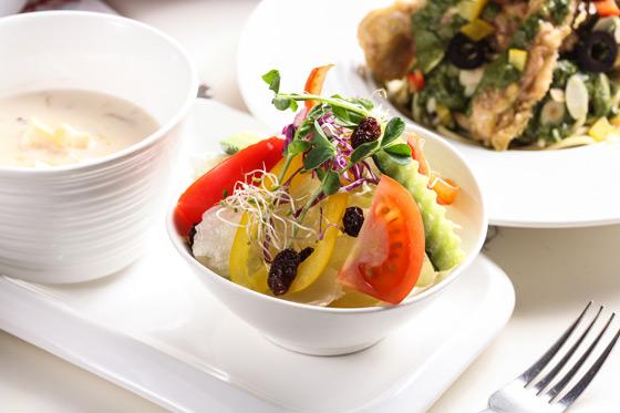 鸡肉青酱时蔬义大利面      新鲜沙拉 西式浓汤      漂浮图片