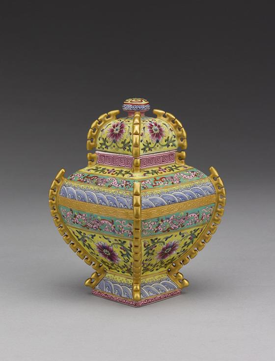 陶瓷彩釉工艺发展可由汉代说起,汉陶青釉蒜头瓶为该期代表作,唐三彩