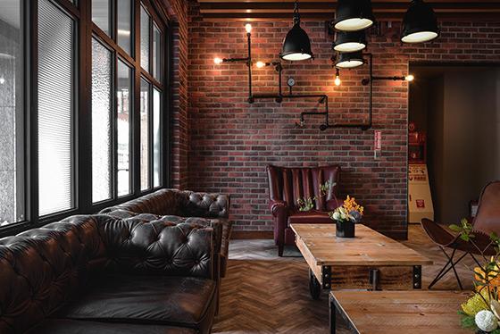 每间客房以复古工业风为主设计概念,自然裸露的红砖墙质感,搭配房内精