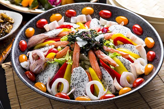 ▼ 前菜-美味可口小菜   口感清新的海鲜凉拌沙拉搭配火龙果,番茄和