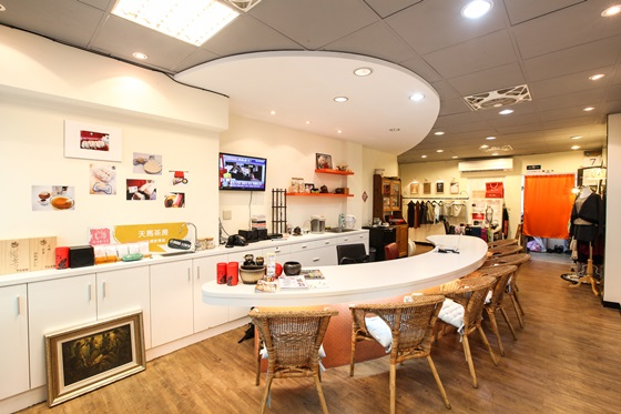 店内复合式的摆设,还有贩卖茶包,茶具,茶品礼盒,现在还多了与流行