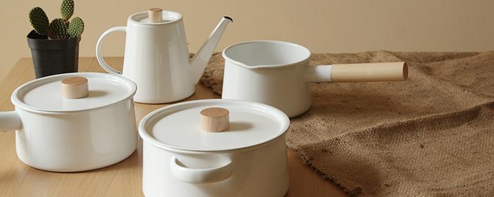 日本Kaico-質感生活鍋器 圓潤生光的純淨潔白與天然木紋的溫潤質地,簡約生活琺琅鍋壺,形成餐桌上一幅美好風景